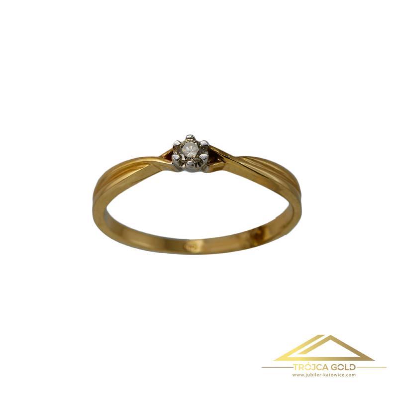 Złoty pierścionek z brylantem o masie 0,06 ct oraz wadze 1,63g